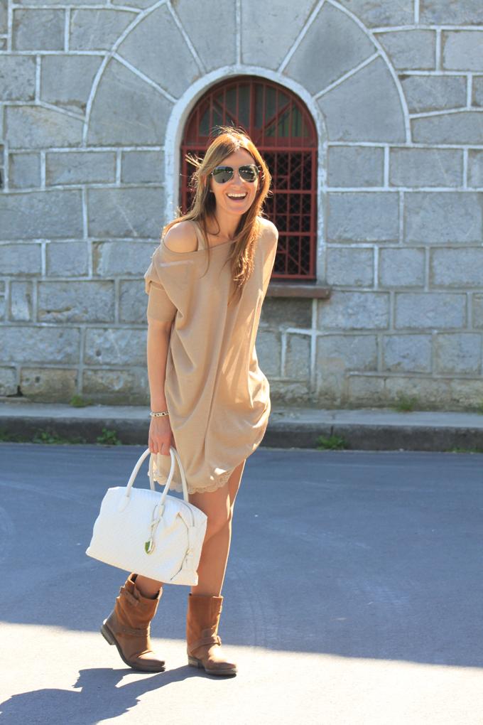 vestido-twin-set-beige-detalles-cuadros-botas-moteras-gafas-ray-ban