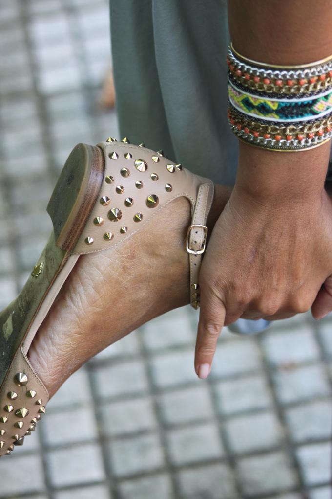 minifalda vuelo , sandalias Lola cruz ,tachuelas