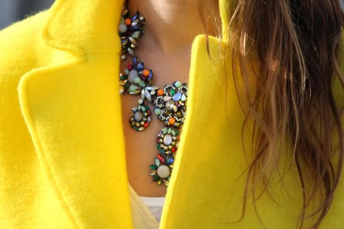 abrigo amarillo Zara , collar piedras Zara ,botines neopreno