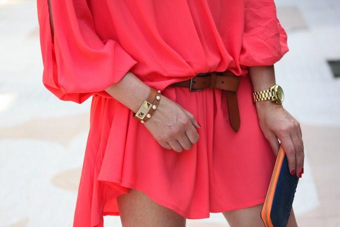 Vestido coral , sandalias Isabel Marant ,