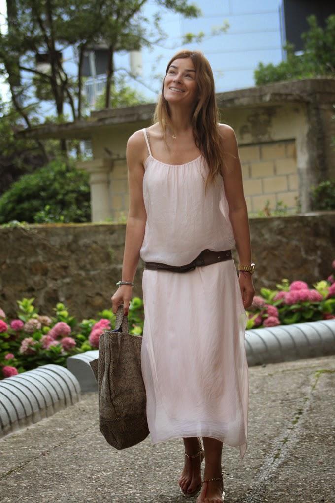 vestido largo rosa , Lucía Díez ,bolso rafia