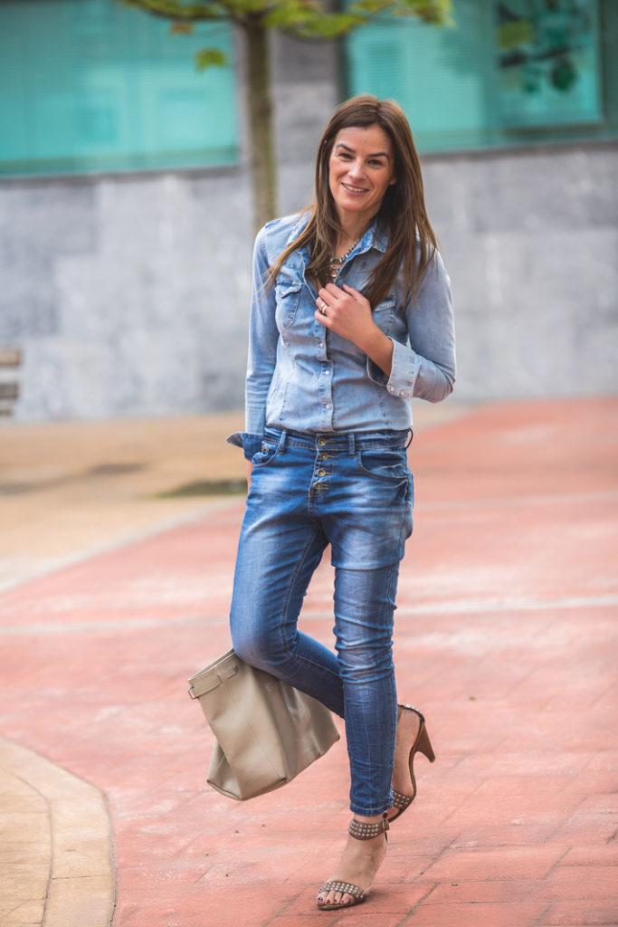 Total look Denim , camisa denim , vaquero , collar grande plateado , Lucía Díez ,