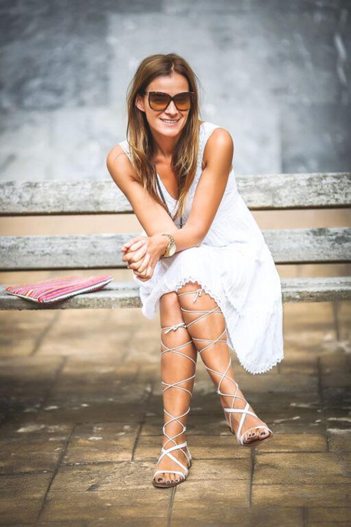 Sandalias Gladiator , es cuestion de estilo , Lucía Díez , vestido Blanco