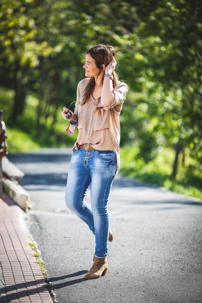 es cuestión de estilo , camisa seda , look sencillo , Lucía Díez , Ash ,botines , street style, moda , tendencia