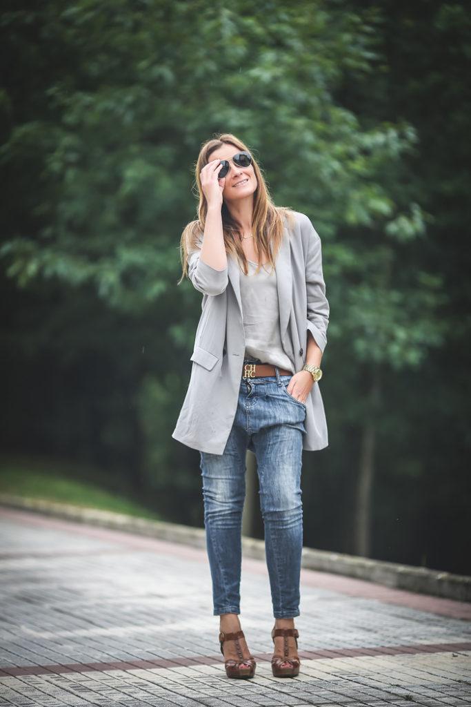 Chaqueta gris clarita , cinturón CH , Es cuestion de estilo, ,Lucía Díez , `Personal Shopper San Sebastián ,