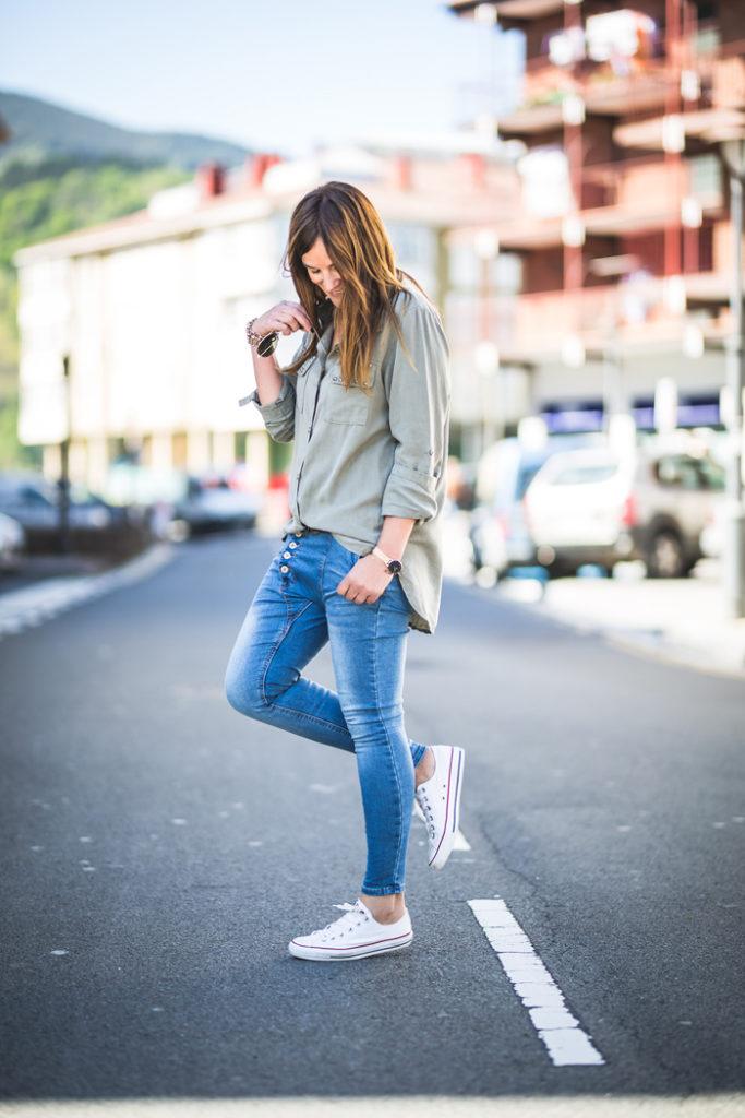 Baggy , camisa verde tachuelas , converse , look , es cuestión de estilo , Personal Shopper .shop online , tienda online .