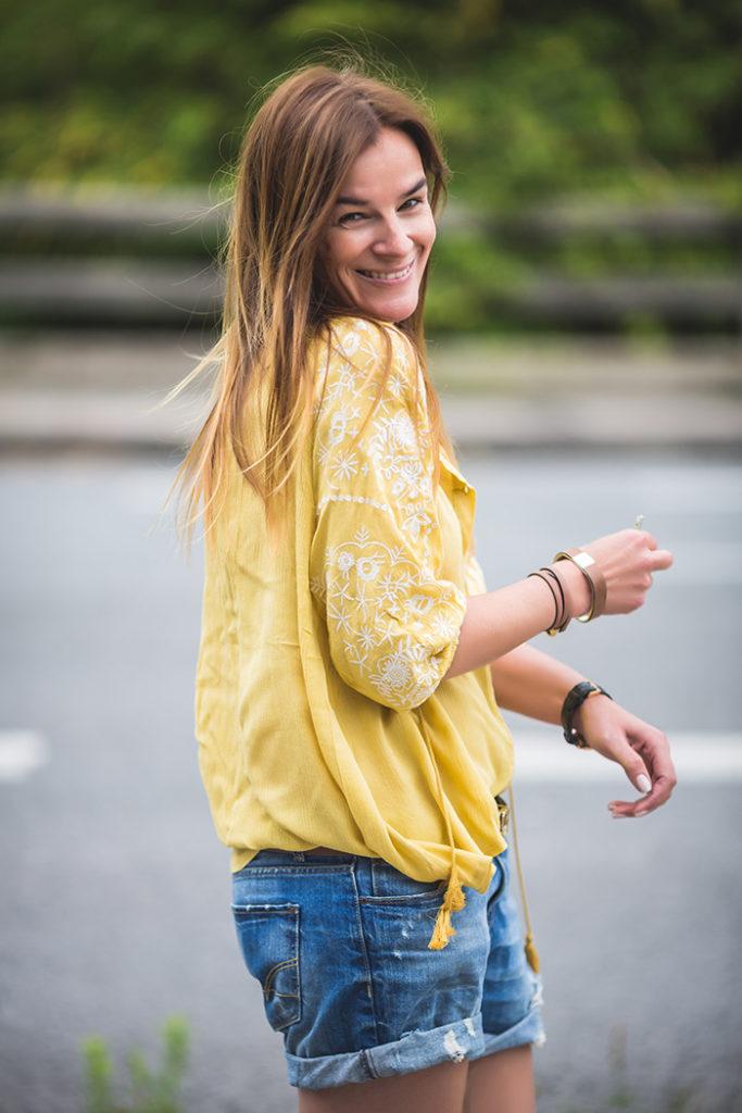 Lovely Boho, escuestiondestilo, Lucía Díez, Personal Shopper, Camisa Amarilla , Short vaquero , Prenda Favotira , Streetstyle,