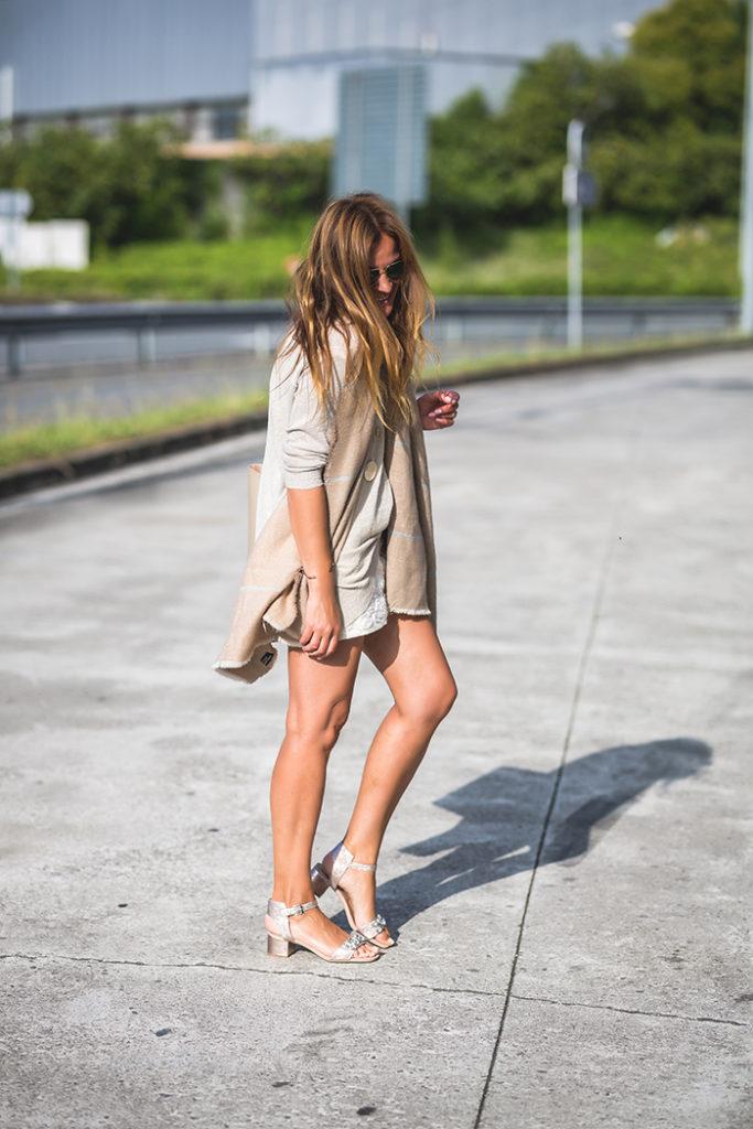 Bufandas, Looks Entretiempo, Looks verano, sandalias, short, Streetstyle, Septiembre, Es cuestión de estilo .Lucía Díez .